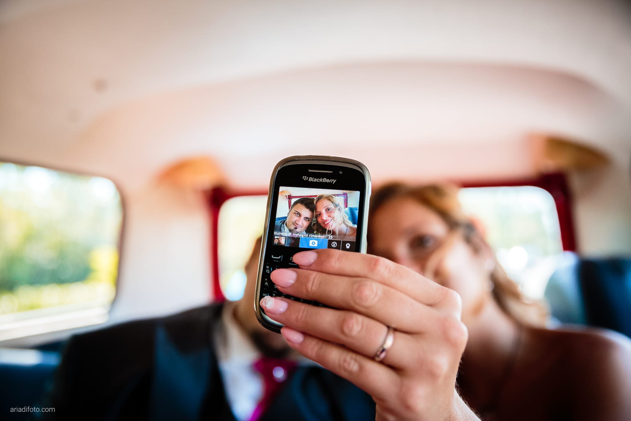 Sara Marco matrimonio Grado campeggio Punta Spin Gorizia ritratti sposi telefono cellulare auto selfie autoscatto