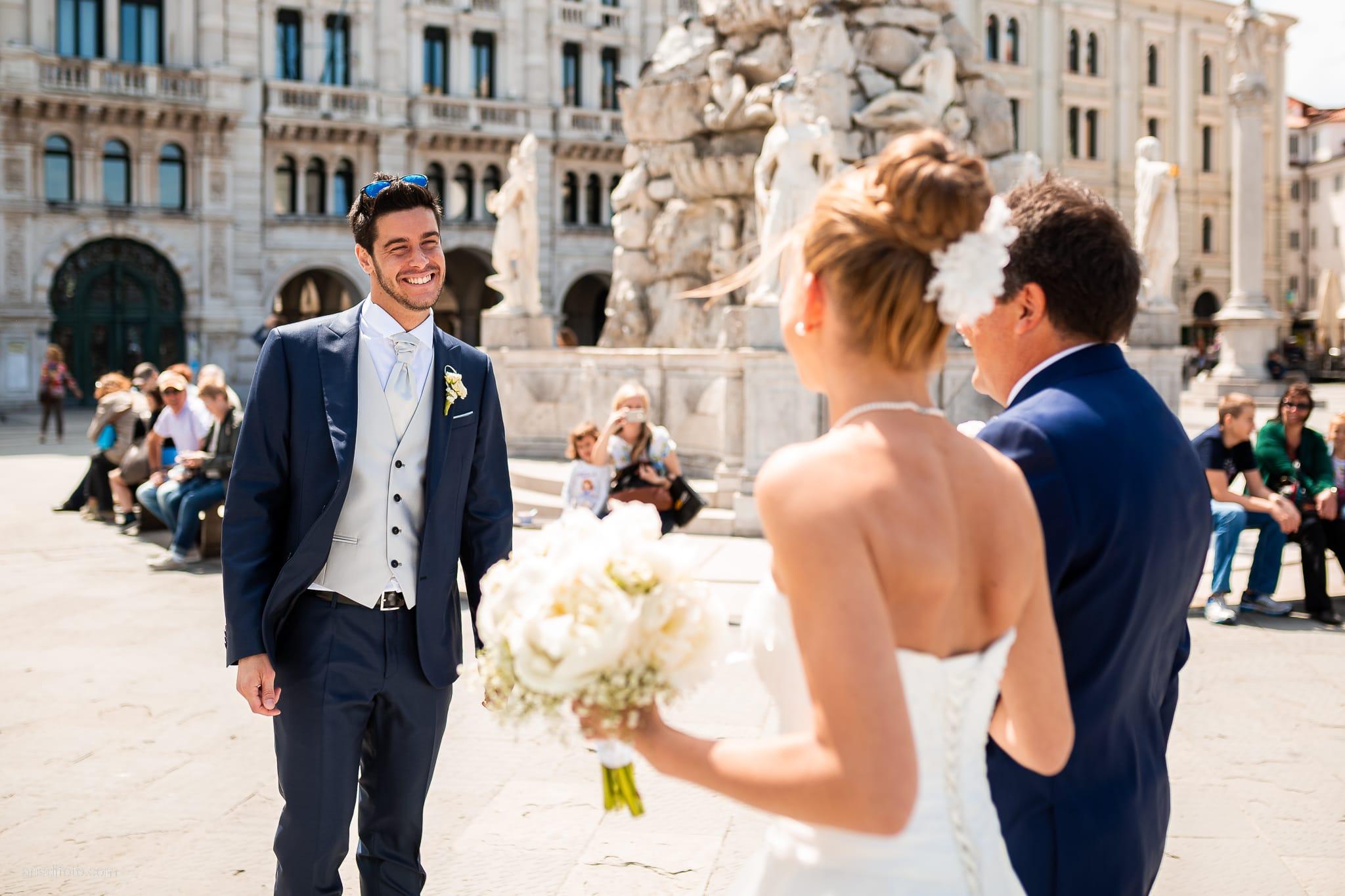 Giulia Paolo Matrimonio Trieste Villa Iachia Ruda Udine cerimonia civile Piazza Unità arrivo sposa