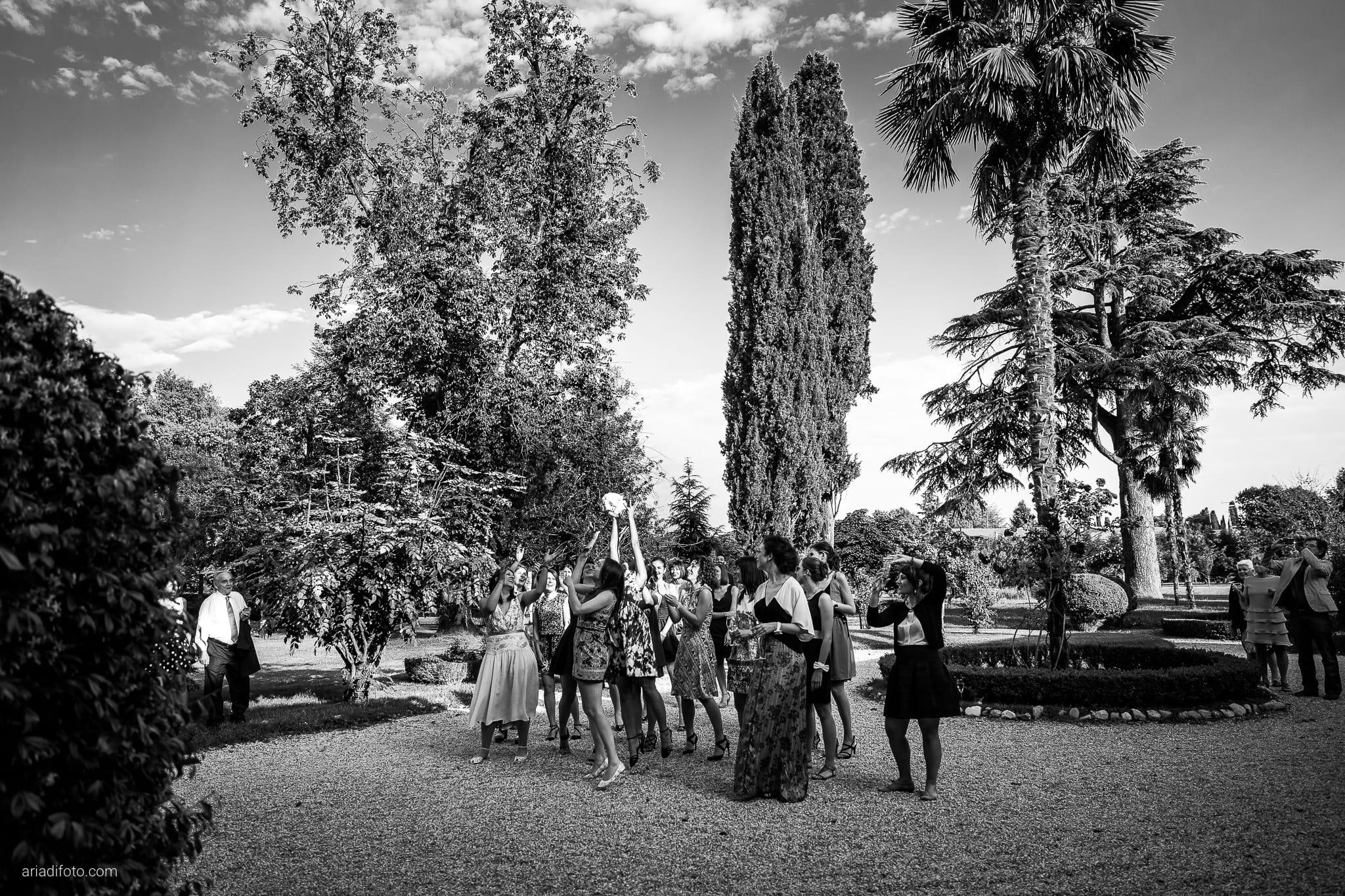 Giulia Paolo Matrimonio Trieste Villa Iachia Ruda Udine ricevimento lancio bouquet