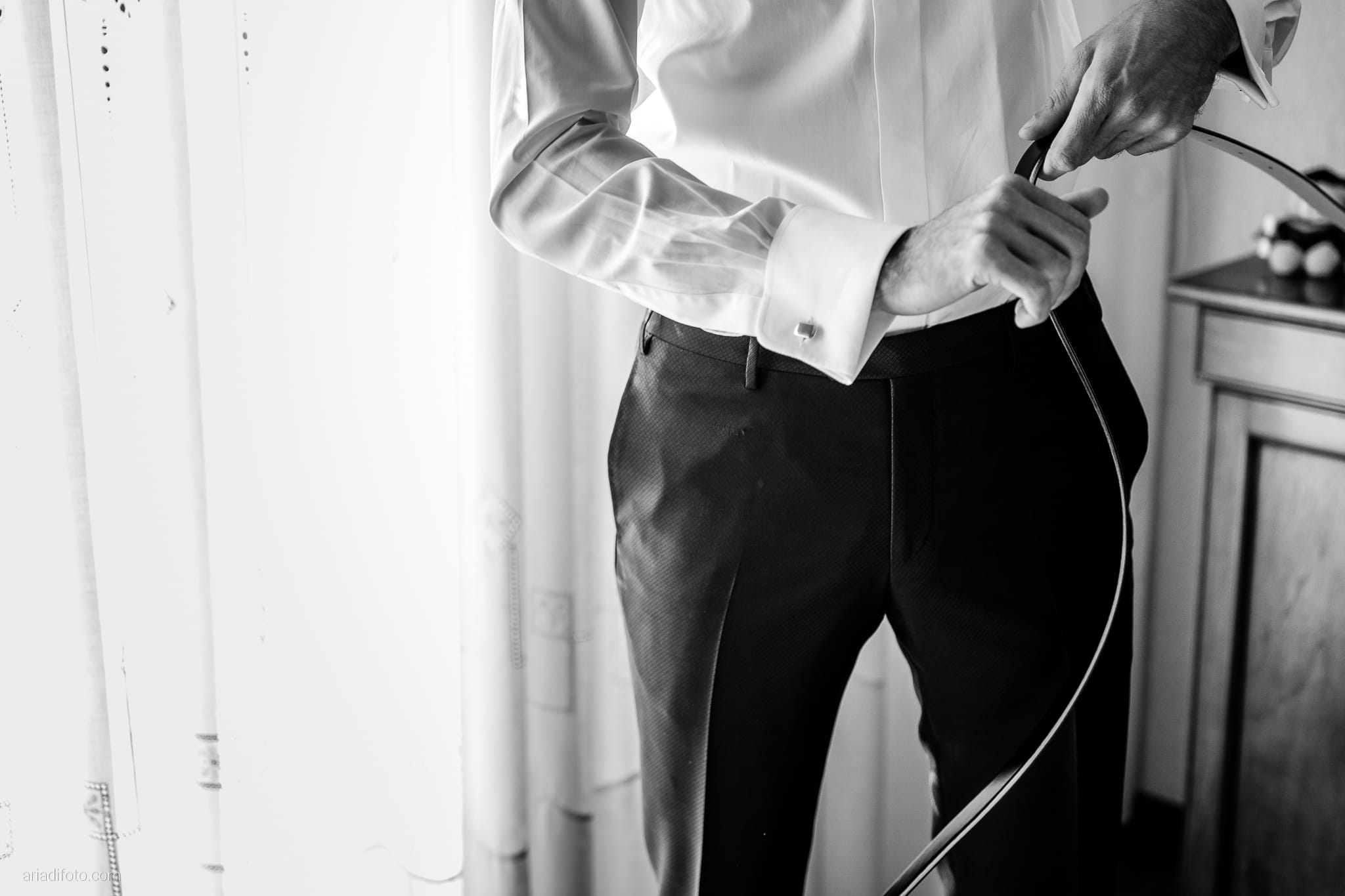 Maria Emanuela Fabio Matrimonio Muggia Porto Vecchio Agriturismo Hermada Duino Trieste preparativi sposo vestizione cintura