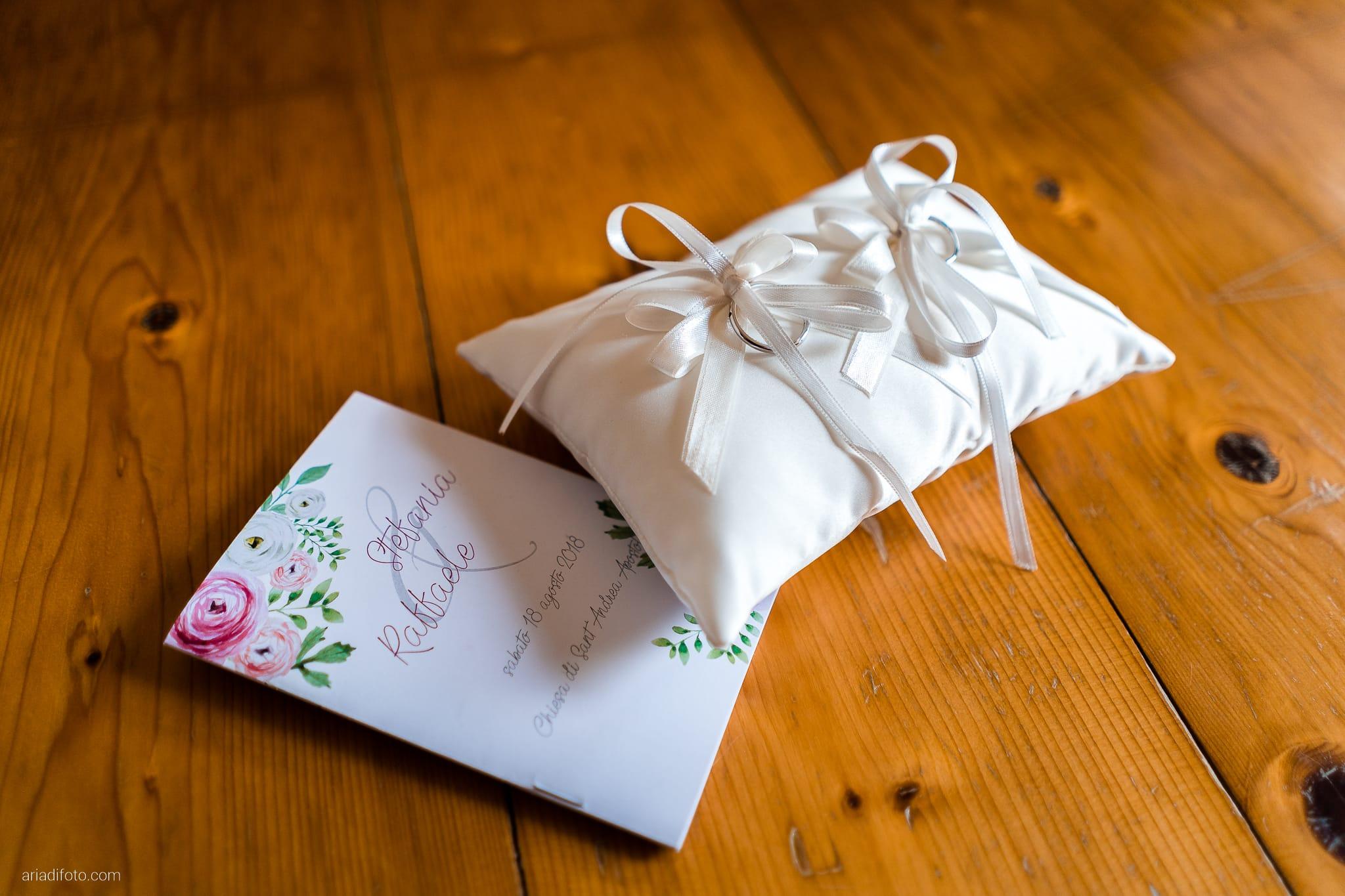 Stefania Raffaele Matrimonio Country Chic Outdoor Gorizia dettagli libretti messa cuscinetto portafedi fedi anelli
