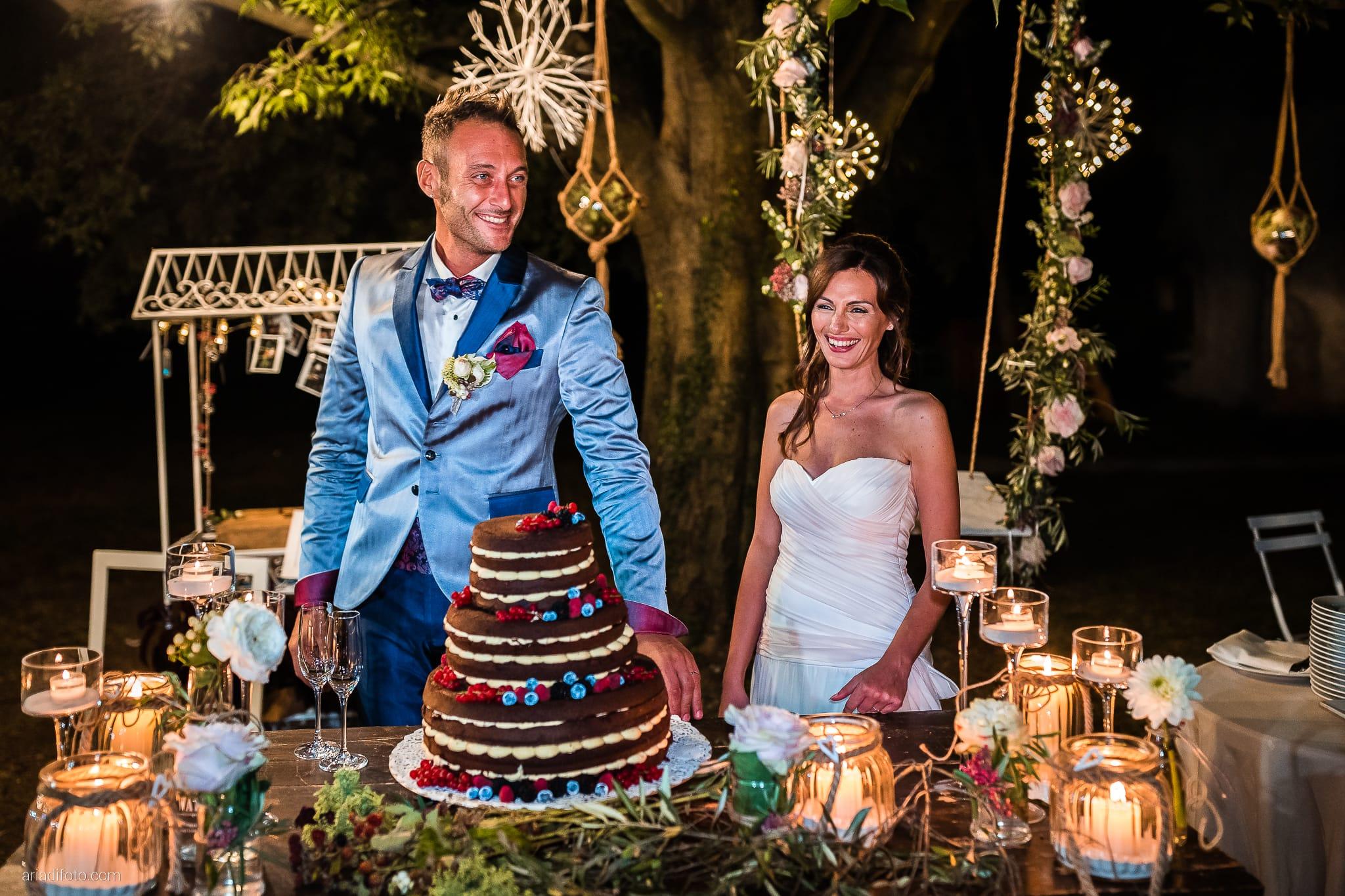 Stefania Raffaele Matrimonio Country Chic Outdoor Gorizia ricevimento taglio della torta naked cake